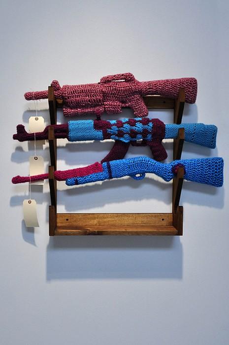 Арт-проект Crocheted Gun Store от Monte A. Smith