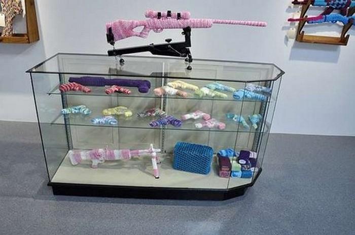 Арт-інсталяція в'язаній зброї від Monte A. Smith