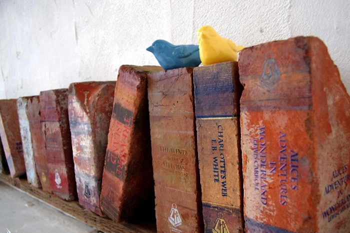 Книги из кирпичей в арт-проекте Literature Heavyweights