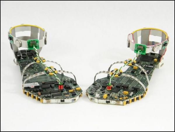Data Sandals, сандалии-скульптуры из деталей компьютера