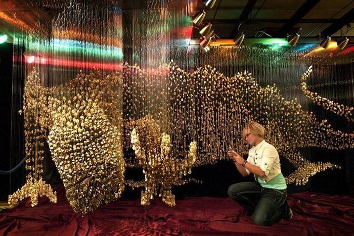 the Dragon: скульптура золотого дракона из 40 000 пуговиц