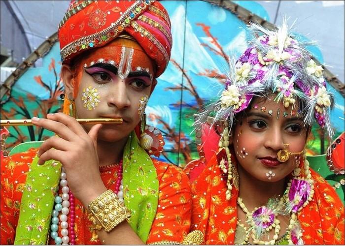 В этот день дети и взрослые наряжаются в яркие костюмы и украшения