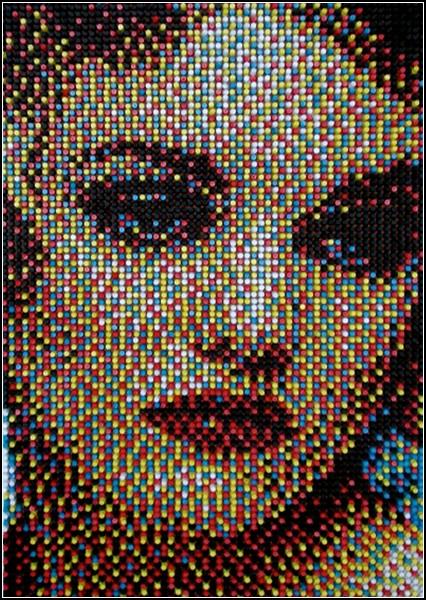 Десятки тысяч канцелярских кнопок превращаются в портрет