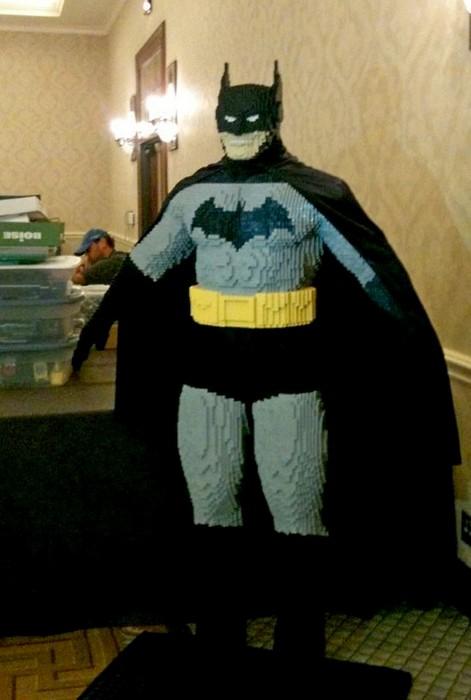 Бэтмен в натуральную величину, сделанный из 15000 кирпичиков Лего
