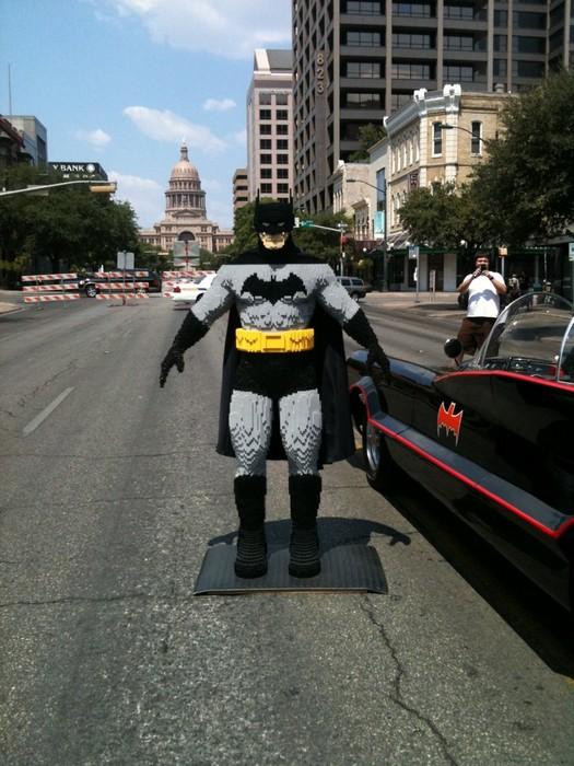 Бэтмен из кирпичиков Лего в натуральную величину