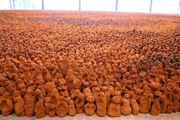 Тысячи глиняных скульптур в инсталляции The Field