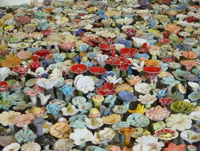 Инсталляция Flora Metamorphicae из тысяч керамических цветов