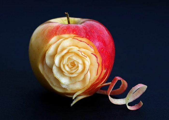 Цветочная скульптура внутри обычного яблока