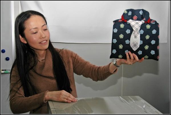 Сперва в ткань заворачивали кимоно, сегодня - что угодно