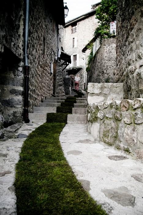 Дорога из травы в городке Jaujac в рамках программы туризма и искусства