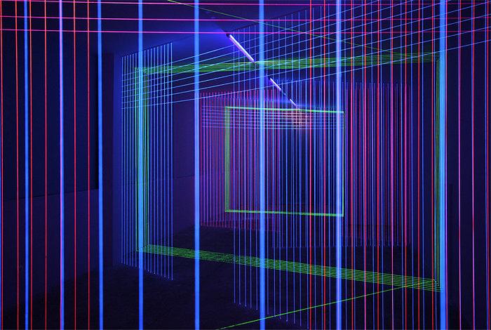 Dialogue Lineaire, неоновая инсталляция в стиле Tron