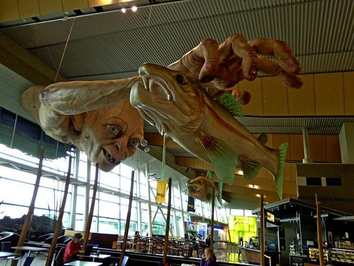 Горлум под потолком. Инсталляция к премьере *Хоббита* в новозеландском аэропорту