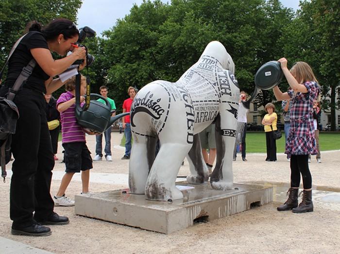 Термочувствительная скульптура гориллы в экологическом арт-проекте Wow! Gorillas