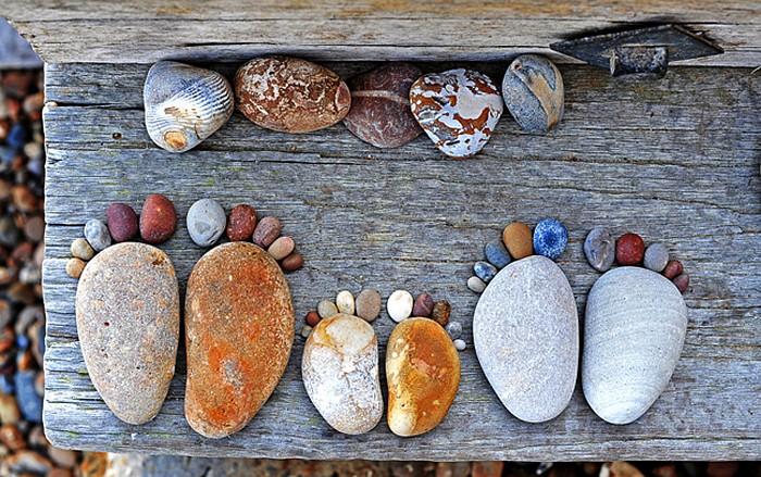 Инсталляции *Каменные лапки* в фотографиях Iain Blake