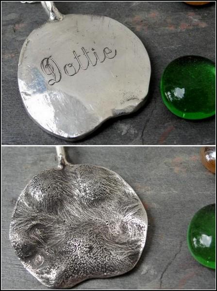 На обратной стороне каждого медальона - имя животного