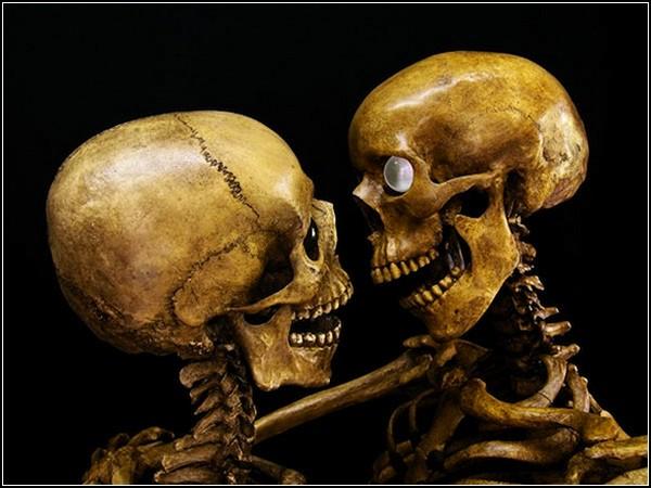 Уроки секса от скелетов на выставке Lovers of the Hereafter