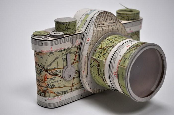 Фотоаппарат из карты мира. Работа Дженнифер Кольер (Jennifer Collier)