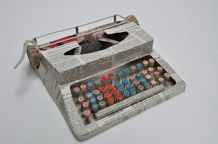 Печатная машинка из старого учебника, скульптура Дженнифер Кольер