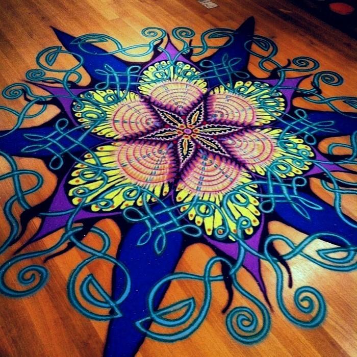 Удивительные картины из разноцветного песка