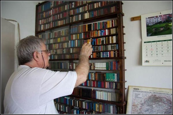 Библиотека Джозефа Тари из 4,5 тысяч мини-книжек