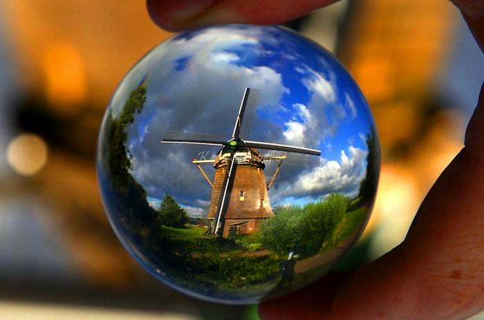 Голландская ветряная мельница. Фотография сквозь хрустальный шарик Киса Стравера (Kees Straver)