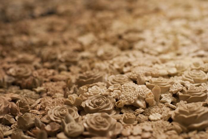 Инсталляция What Remains, силиконовый череп из 35000 силиконовых розочек