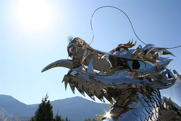 Скульптура императорского водного дракона, сделанная из нержавеющей стали