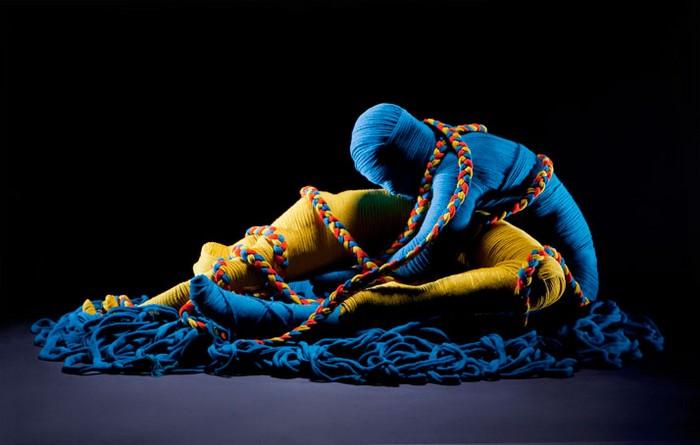 Эротическая инсталляция Lana Sutra из разноцветных шерстяных ниток