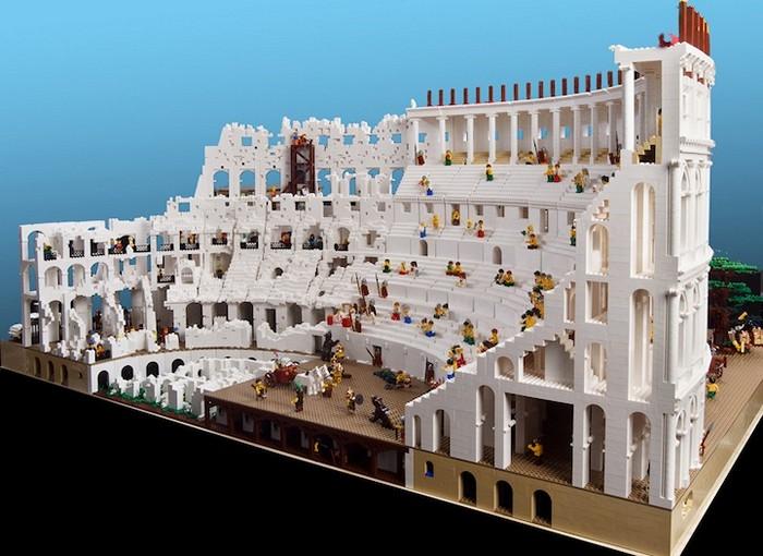Копия колизея из конструктора Лего. Скульптура Райана МакНота