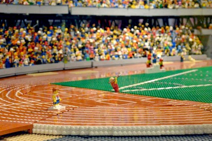 Миниатюрный Олимпийский стадион из тысяч кубиков конструктора Lego