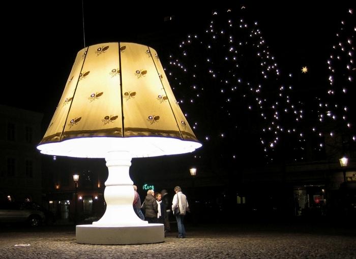 Удивительная говорящая скульптура-cветильник на площади Лилла Торг (Lilla Torg)