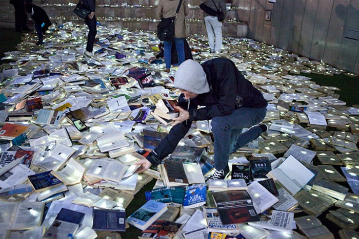 Literature VS Traffic: книжная река от Luzinterruptus на дорогах Мельбурна
