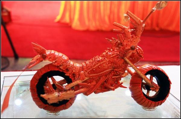 Искусство из еды. Мотоцикл, сделанный из вареных лобстеров
