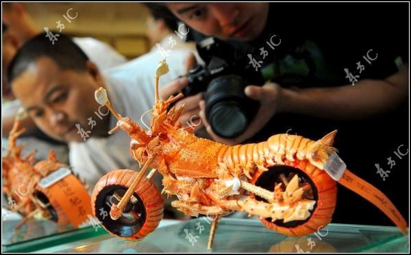 Мотоцикл, сделанный из вареных лобстеров. Food art от Huang Mingbo
