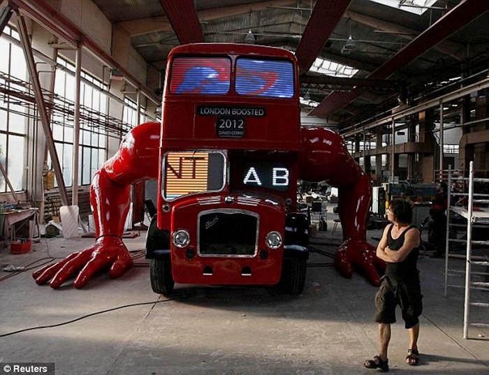 London Boosted, скульптура Давида Черного. Из лондонского автобуса в отжимающегося спортсмена