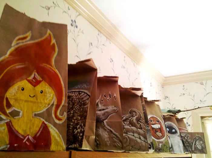 Рисунки на бумажных пакетах для школьного ланча, нарисованные Дереком Бенсоном для сына-школьника