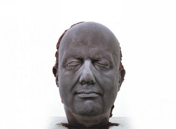 Скульптура из замороженной крови. Серия Self, автопортрет 2006 года