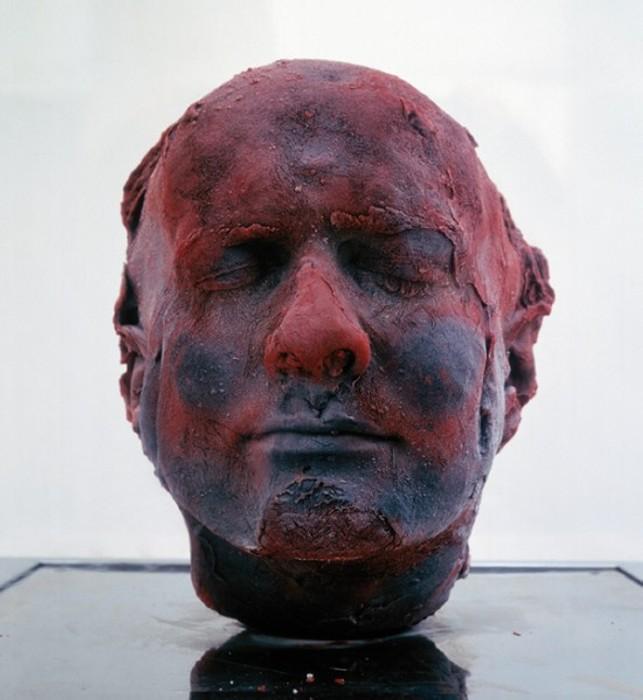 Скульптура из замороженной крови. Серия Self, автопортрет 1991 года
