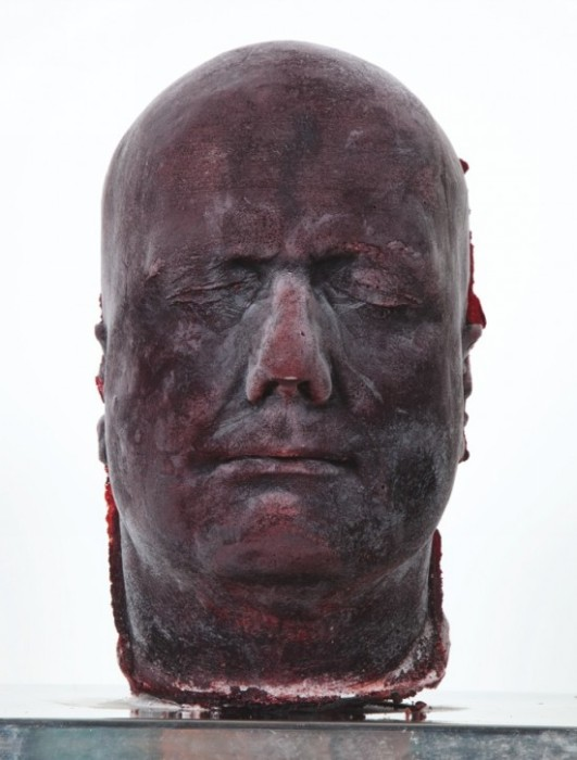 Скульптура из замороженной крови. Серия Self, автопортрет 1996 года