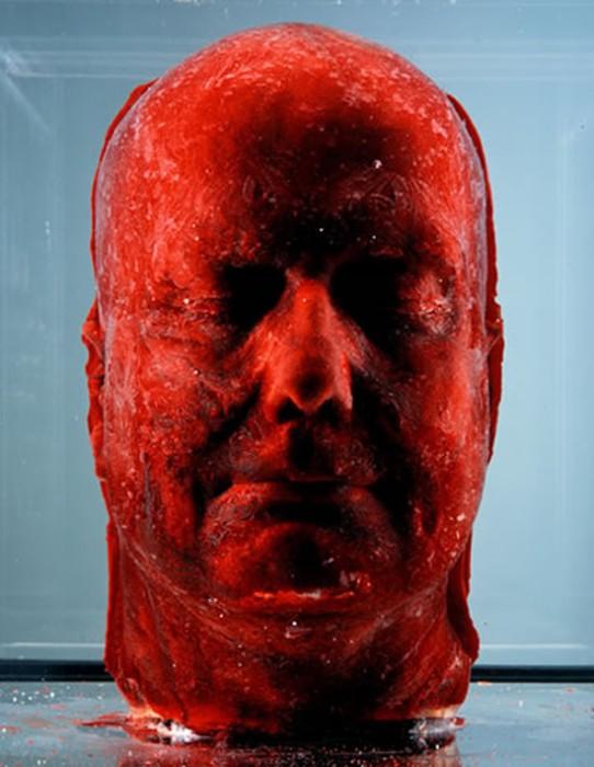 Скульптура из замороженной крови. Серия Self, автопортрет 2001 года