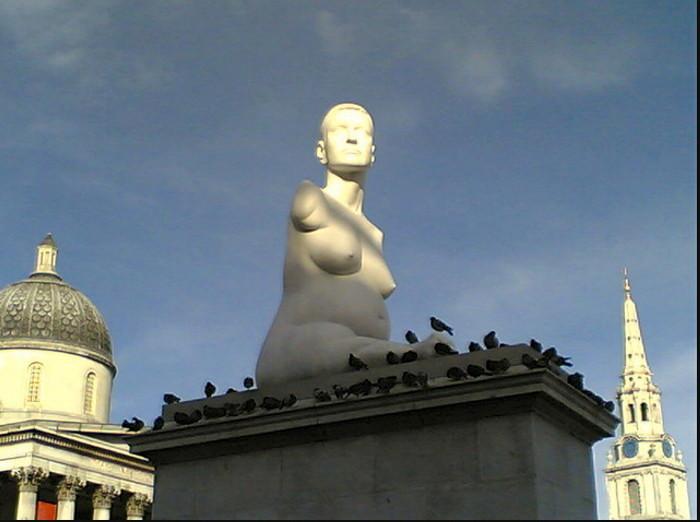Мраморное изваяние британской художницы Элисон Лэппер (Alison Lapper)