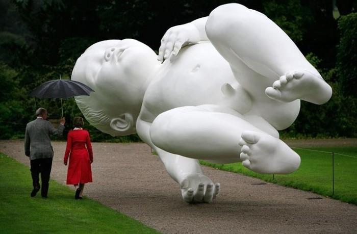 The Planet. Бронзовая скульптура семимесячного младенца в Девоншире