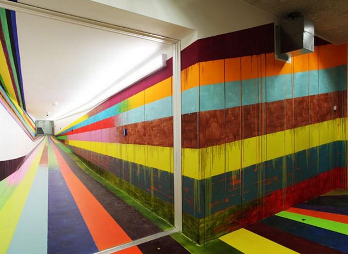 Разноцветный полосатый коридор в тюрьме Justiz Vollzugs Anstalt. Эпатажный арт-проект