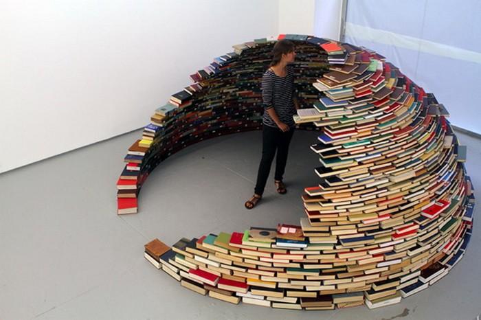 Home. Инсталляция из книг в виде жилища-иглу