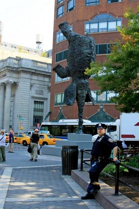 Gran Elefandret, слон-акробат, стоящий на хоботе в центре Нью-Йорка