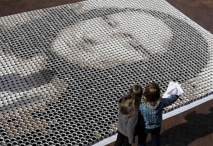 Мона Лиза, инсталляция из 3,500 чашек кофе