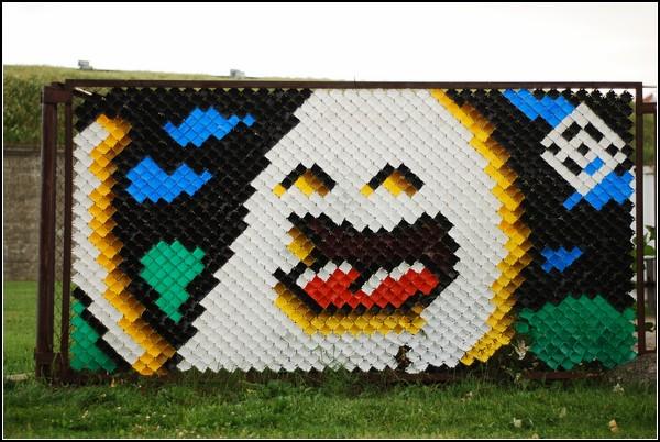 Граффити-мозаика из разноцветных чашек в заборе. Арт-проект от Multistab