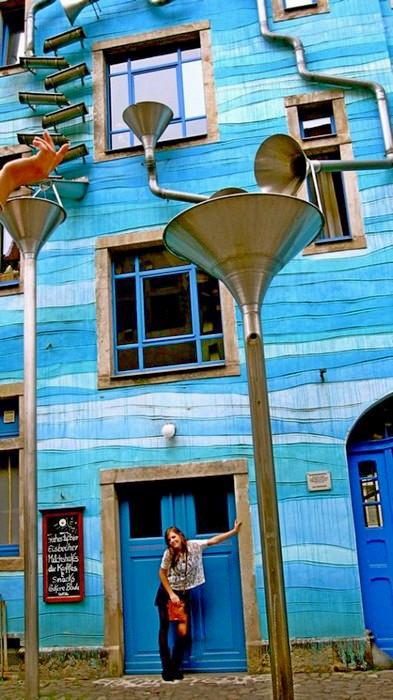 Здание с флейтой водосточных труб в Дрездене