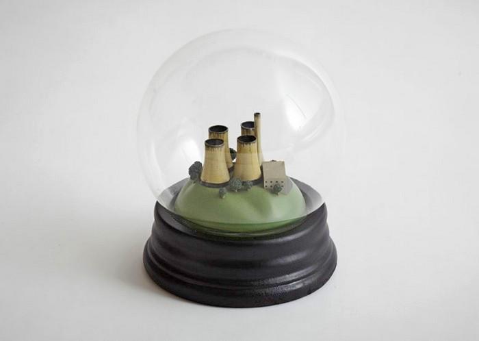 Стеклянные шарики No Globes со смогом вместо снега