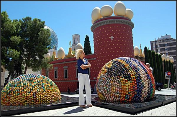 На счету Оксаны Мась - и другие скульптуры из деревянных яиц
